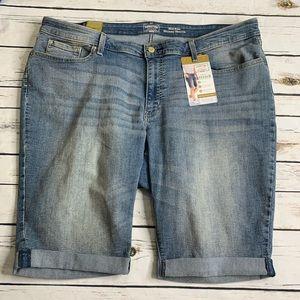 NWT Levi's mid rise skinny shorts size 24W